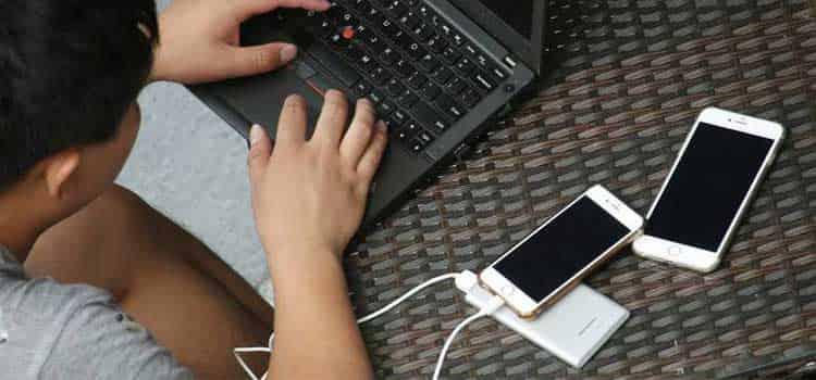 شارژ کردن با لپتاپ و پاور بانک به باتری گوشی آسیب میزند؟