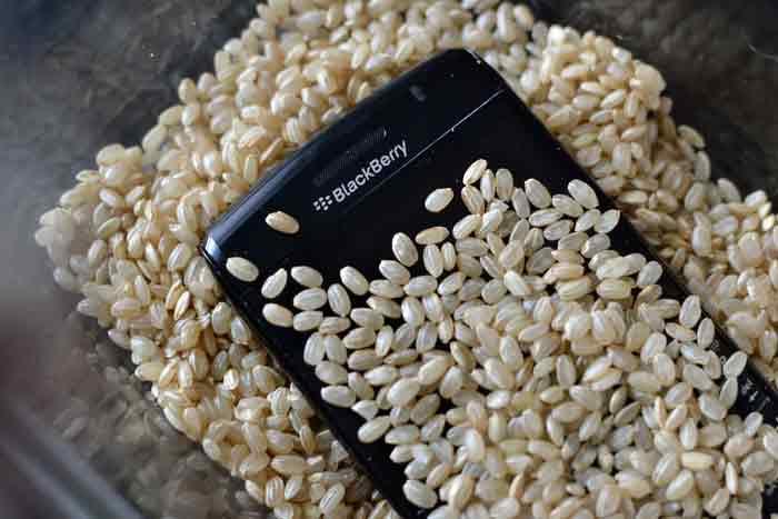 خشک کردن گوشی خیس شده با برنج موثر نیست